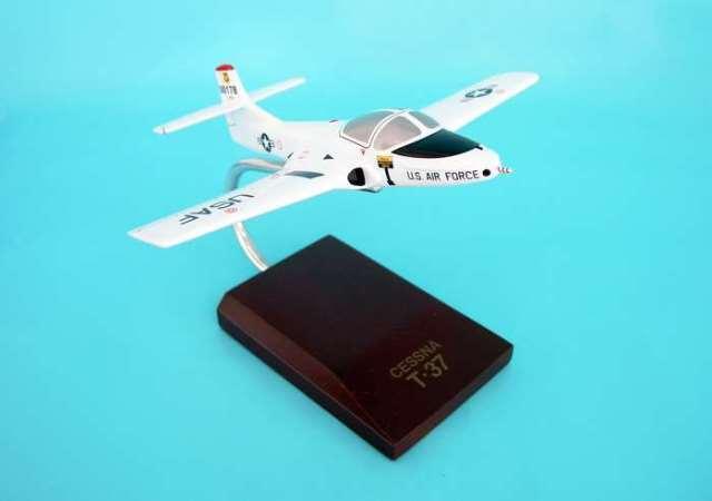 Daron Worldwide Trading B0348 T-37A Tweetie Bird White 1/48 Scale AIRCRAFT