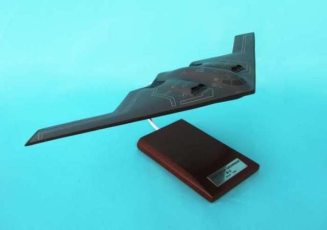 Daron Worldwide Trading B5310 B-2 Stealth Bomber 1/100 AIRCRAFT