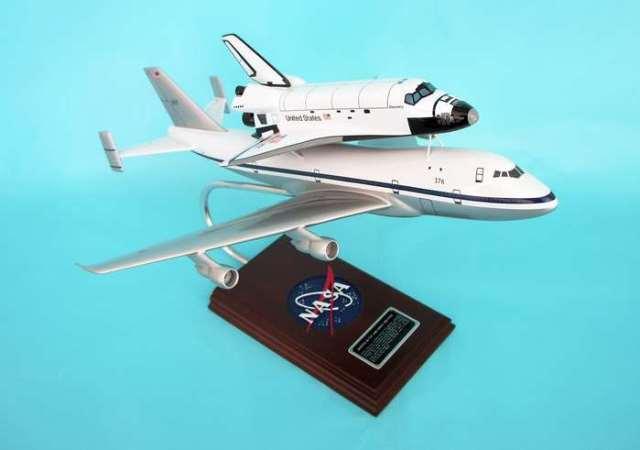 Daron Worldwide Trading SE0010W B747 W/ Space Shuttle 1/144 AIRCRAFT
